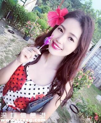 王宝强妻子马蓉晒美照 穿低胸长裙唇红肤白